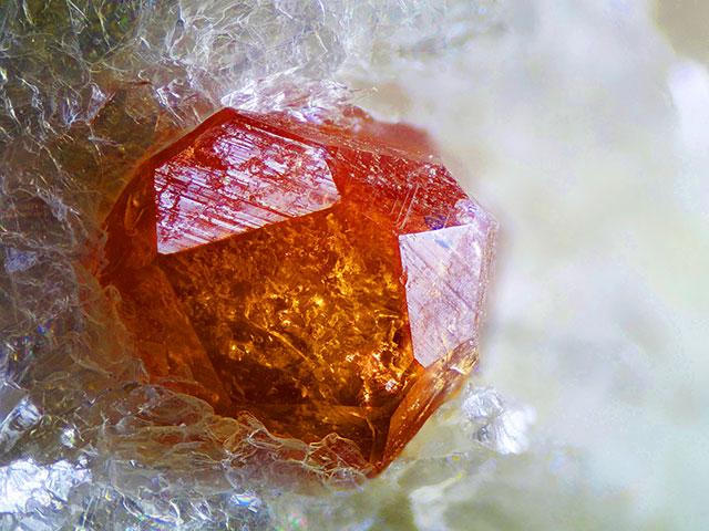 Камень спессартин: кристалл медового цвета