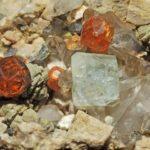 Рыжие кристаллы в породе