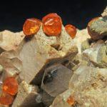 Рыжие кристаллы спессартина в породе