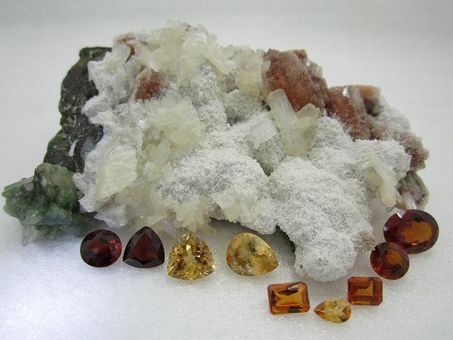 Разные виды огранённых кристаллов спессартина