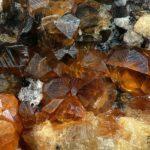 Рыжеватые минералы спессартина в породе