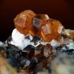 Рыжие минералы в породе