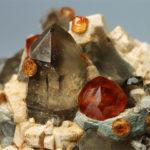 Оранжевый кристалл с кварцем и спессартином из Китая, фото: Игорь3