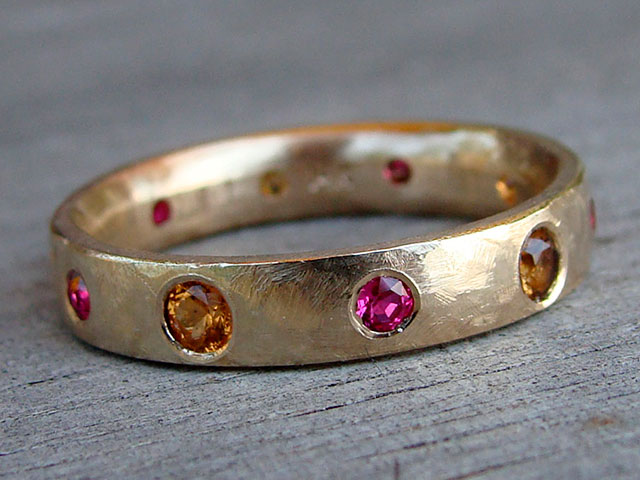 Кольцо золотое со спессартинами и другими цветными драгоценными камнями
