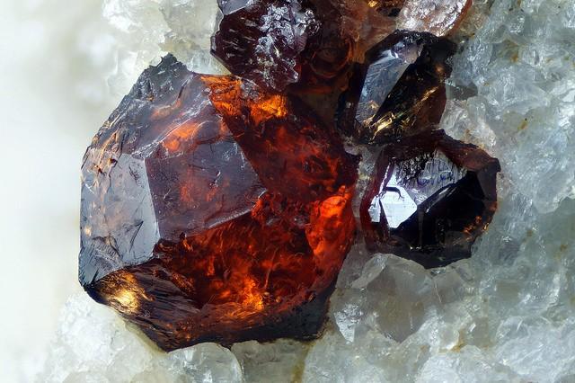 Фото буро-красного кристалла спессартина