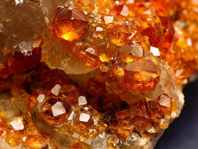 Спессартин — друза кристаллов оранжевого цвета