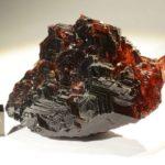 Тёмно-красный минерал