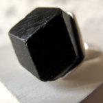 Чёрный кристалл в кольце