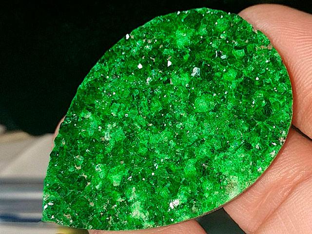 Брошь из зелёного минерала