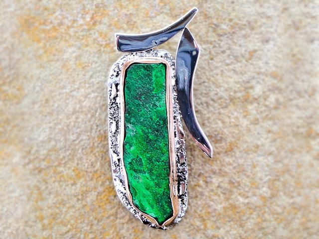 Брошь с зелёным камнем