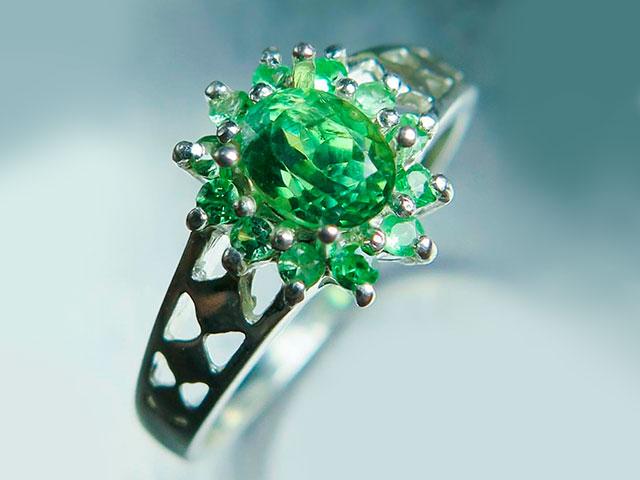 Кольцо серебряное с большим прозрачным зелёным камнем демантоидом