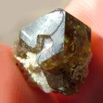 Кристалл грязно-изумрудного цвет
