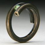 Дизайнерское кольцо с инкрустацией маленьким зелёным кристаллом