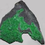 Зелёный минерал на породе