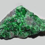 Зелёные самоцветы на породе