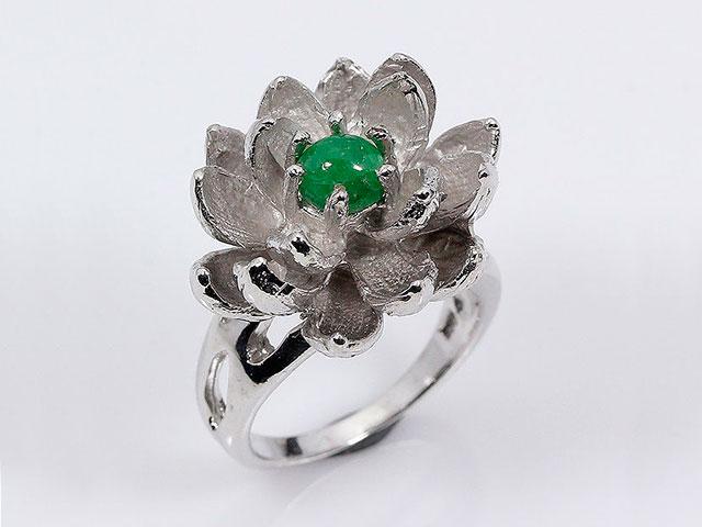 Кольцо цветок с инкрустацией уральским зелёным гранатом