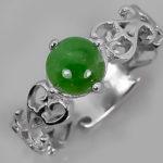 Относительно недорогое серебряное кольцо с полупрозрачным кабошоном изумрудного цвета