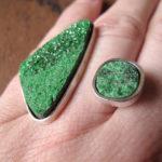 Необычное кольцо на пальце с зелёным минералом