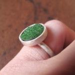 Кольцо из белого металла с зелёным камнем