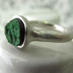 Кольцо из белого металла с зелёным шероховатым минералом