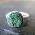 Кольцо с тёмно-зелёной каменной щёткой