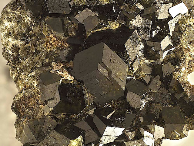 Кристаллы чёрного андрадита в породе