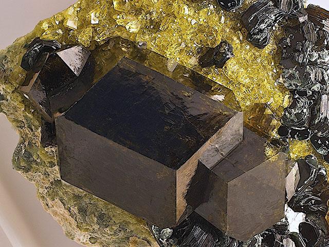 Крупный тёмный кристалл в природе