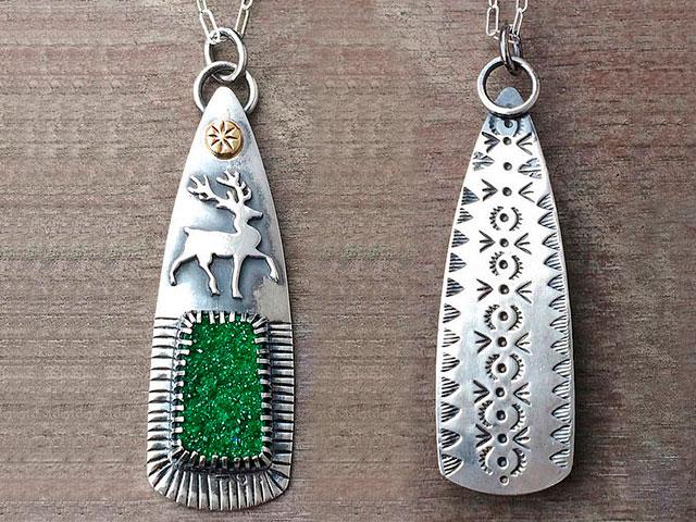 Кулон из серебристого металла с оленем и зелёным камнем