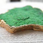 Кулон с золотой с зелёным минералом макросъёмка