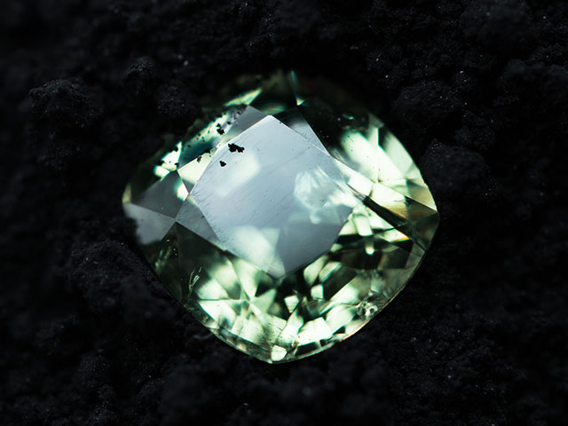 Огранённый зелёный кристалл демантоида с Мадагаскара