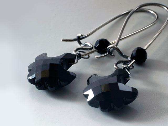 Серьги с непрозрачными чёрными камнями