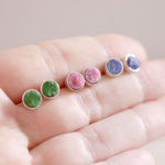 Серьги с зелёными, розовыми и синими камнями на ладони
