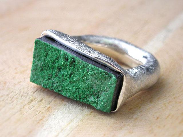 Кольцо с зелёной каменной щёткой
