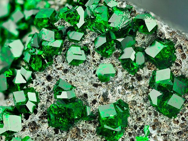 Зелёные кристаллы на породе