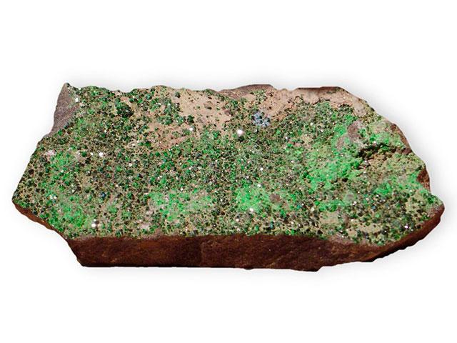 Камень с зелёными кристаллами на нём