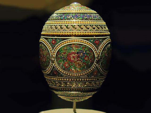 Яйцо Фаберже со множеством мелких драгоценных камней, а том числе с зелёными демантоидами с Урала