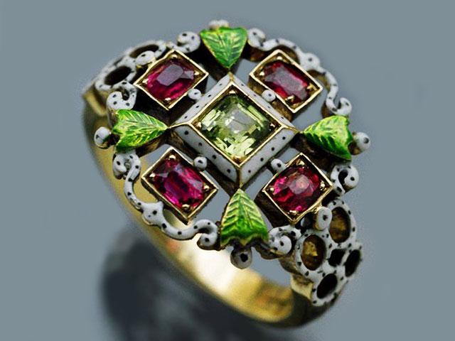 Кому подходит по знаку зодиака демантоид и каковы его магические свойства камня: золотое кольцо с инкрустацией уральским зелёным гранатом, рубинами и спессартинами