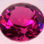 Красный кристалл огранённый