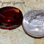 Красный кристалл с монетой для масштаба