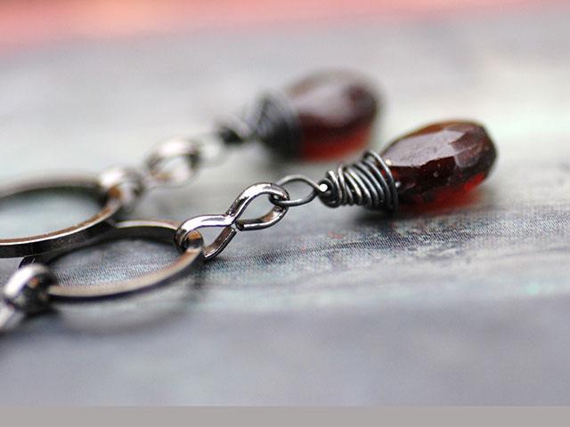 Серьги с тёмно-красным камнем и проволокой