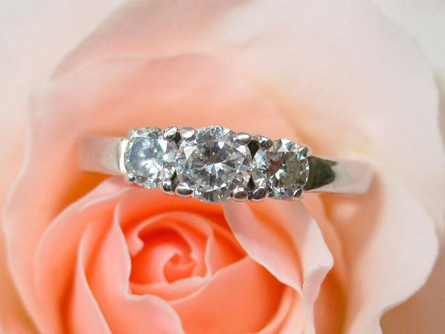 Кольцо с фианитом на фоне розы