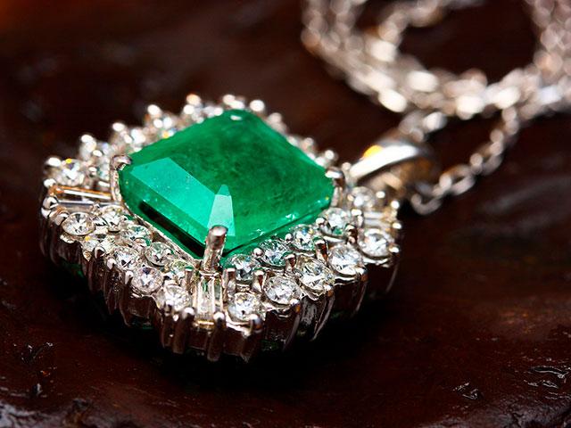 Изумруд с алмазами подвеска