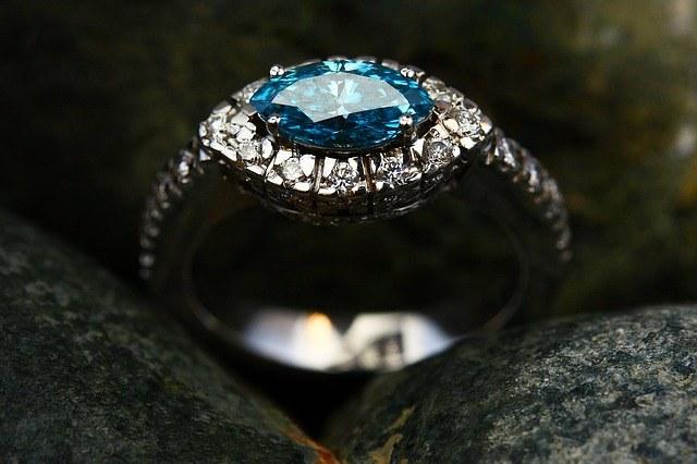 Кольцо с сапфиром и алмазами