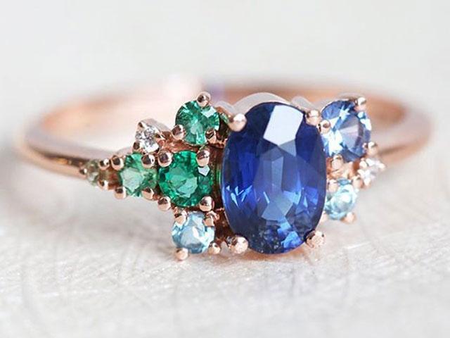 Кольцо с сапфиром и другими камнями