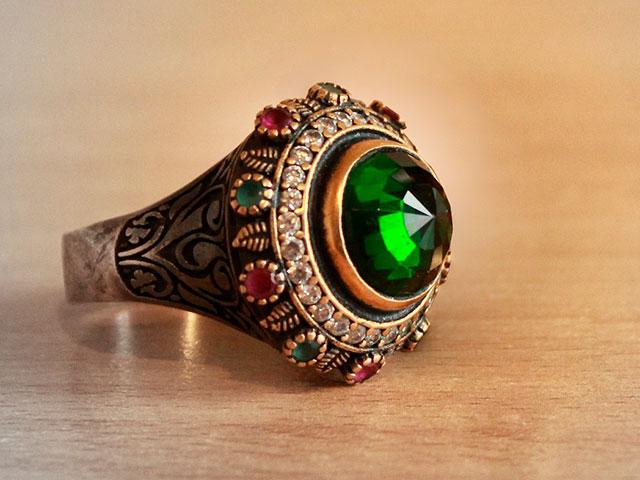 Узорчатое золотое кольцо с изумрудом