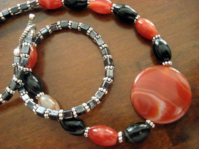 Бусы из черных и рыжих камней