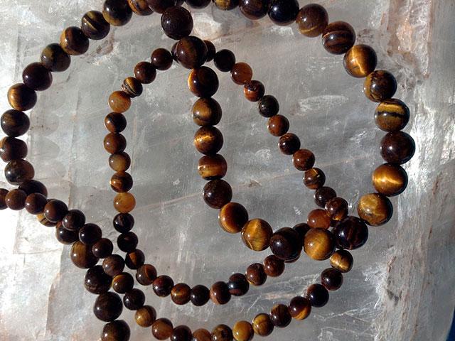 Бусы из круглых коричневых камней