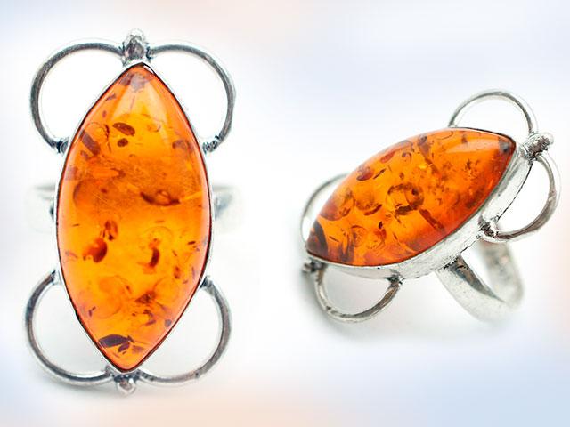 Кольцо с янтарем в двух ракурсах