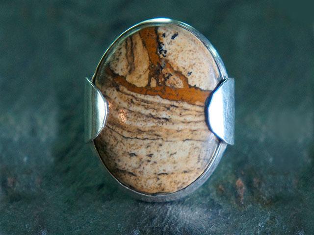 Кольцо с камнем бежевого цвета