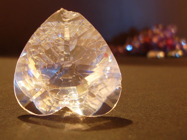 Кристалл в виде сердца с трещиной